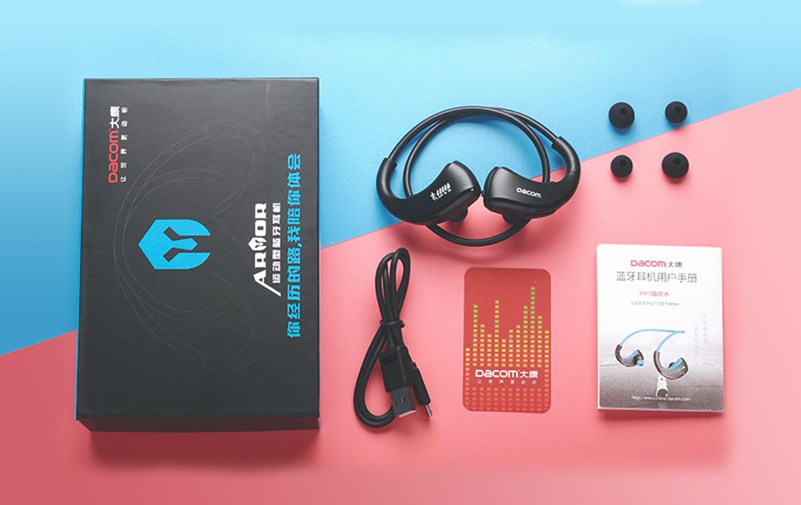 Súčasťou balenia (okrem slúchadiel) je český manuál, dva páry štupľov do uší a nabíjací kábel.  Štýlová športová krabice.
