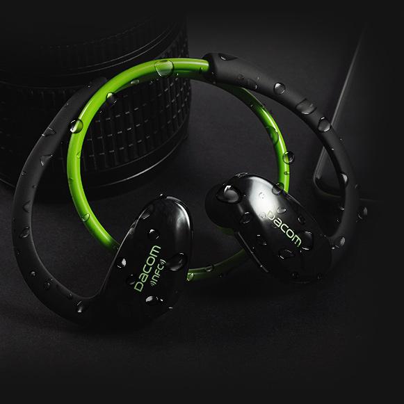 Bezdrôtová Bluetooth slúchadlá za uši Dacom Athlete sú potu a dažďu odolná.