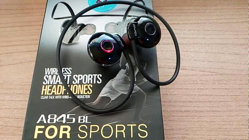 Bezdrôtová Bluetooth slúchadlá Awei A845BL možno ako jedna z mála slúchadiel nosiť pohodlne aj s optickými alebo slnečnými okuliarmi.