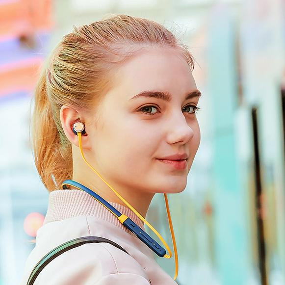 Táto dievčina je šťastná, pretože jej slúchadlá majú funkciu ANC - aktívne potlačenie okolitého hluku - Bluedio TN.