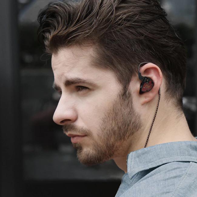 Pekná slúchadlá do uší špunty s originálnym dizajnom.