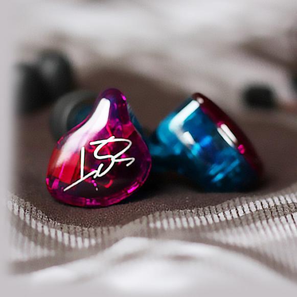 Krásna dizajnová slúchadlá do uší kôstky KZ ZST z akustického plastu.