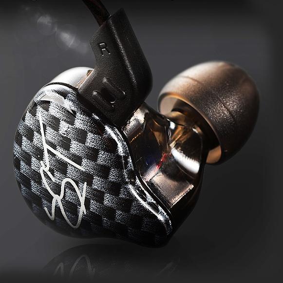 Pohodlná Pecková slúchadlá do uší s ergonomickým tvarom tela a naklonenými silikónovými špunty.