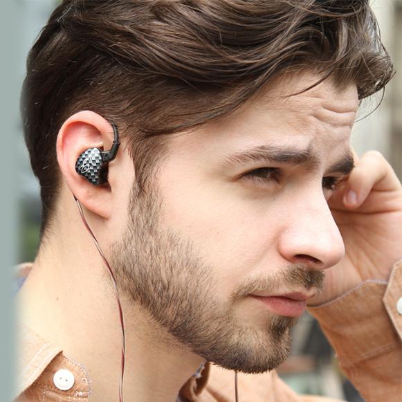 Polohovateľný kábel slúchadiel s hákmi za uši.